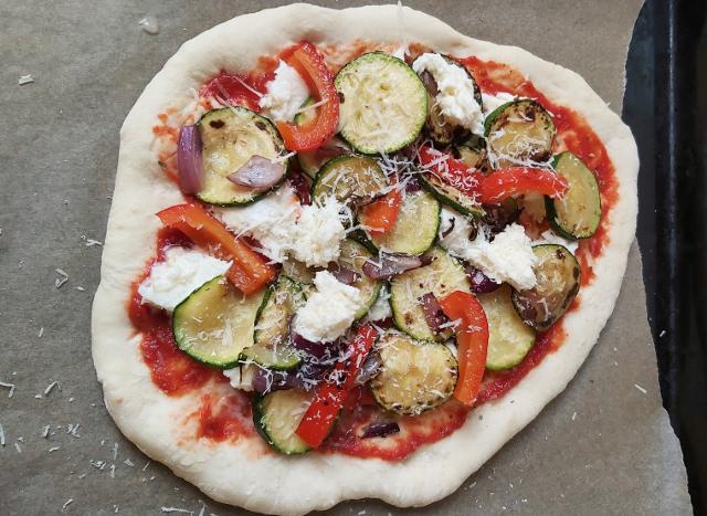 cukkinis pizza összeállítása