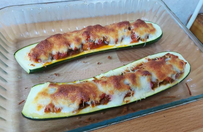 zöldséggel sajttal töltött cukkini